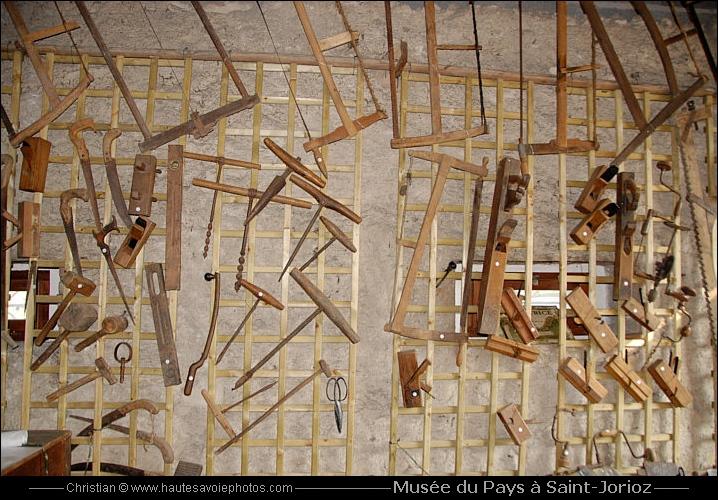 Vieux outils savoyards exposés au Musée de Pays à SaintJorioz ~ Vieux Outils En Bois