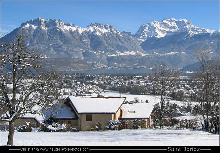 Sous la neige avec le lac d'annecy et les montagnes en arrière-plan