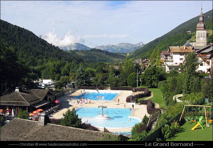 la belle piscine du grand bornand dans un cadre magnifique